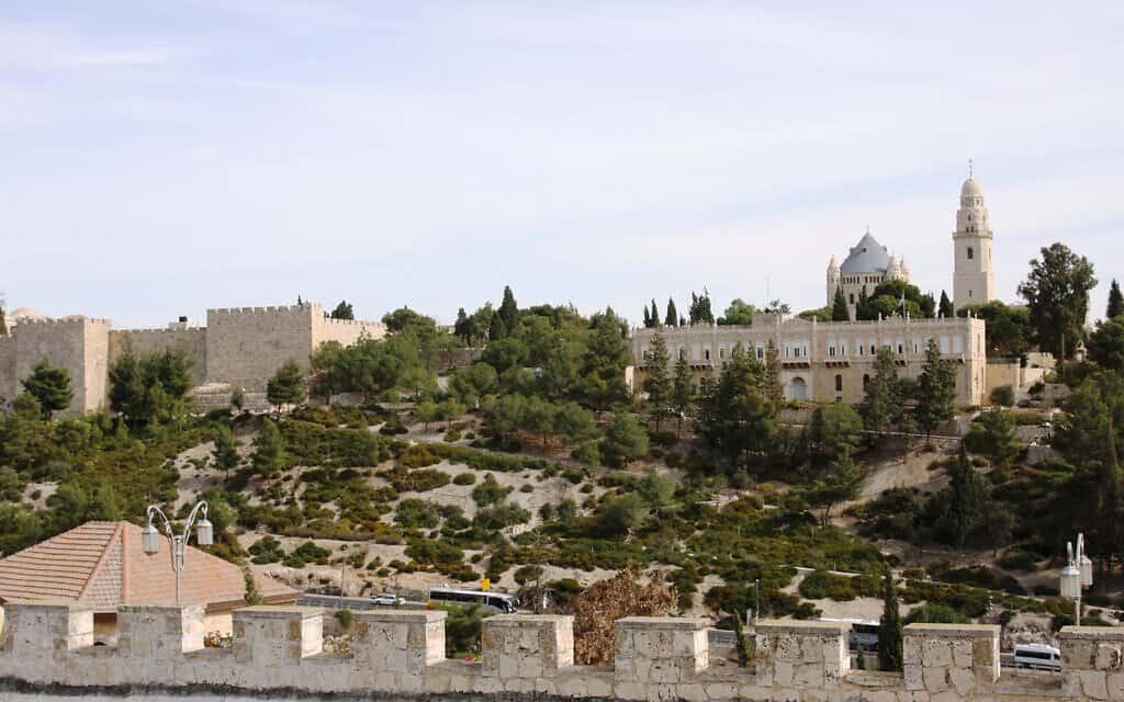 חומת העיר העתיקה של ירושלים והר ציון (צילום: שמואל בר-עם)