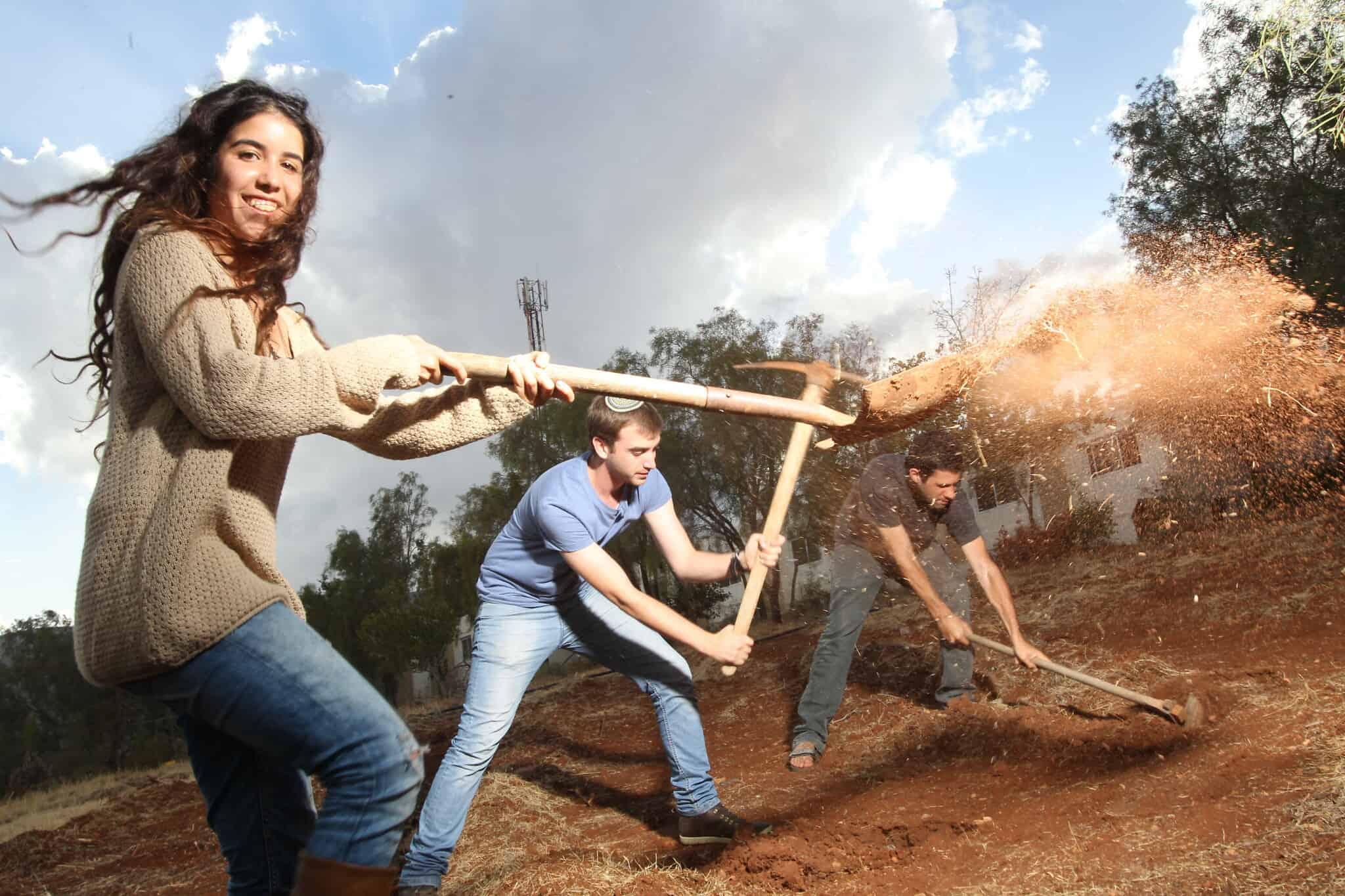 תירא-אל כהן (משמאל) בעת הקמת כפר הסטודנטים במעלה אפרים, ב-2104 (צילום: מרים צחי, מקור ראשון)