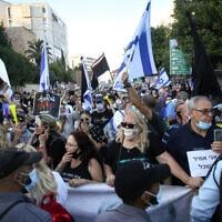 """הפגנה נגד השחיתות השלטונית ונגד מעצרו של תא""""ל אמיר השכל מול בית ראש הממשלה ברחוב בלפור בירושלים. 27 ביוני 2020 (צילום: יונתן סינדל / פלאש 90)"""