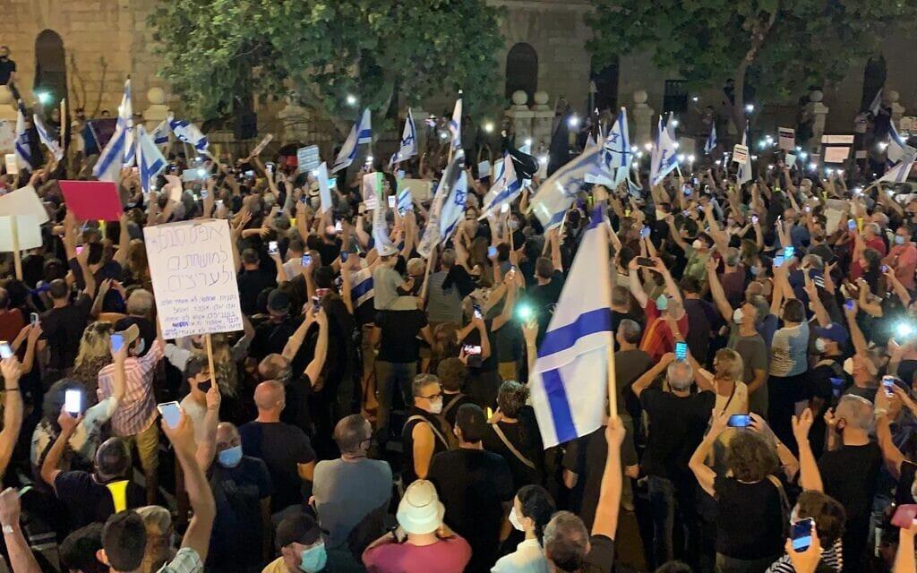 """הפגנה נגד מעצרו של תא""""ל אמיר השכל ונגד השחיתות השלטונית מול בית ראש הממשלה בירושלים, 27 ביוני 2020 (צילום: מחאת הדגלים השחורים)"""