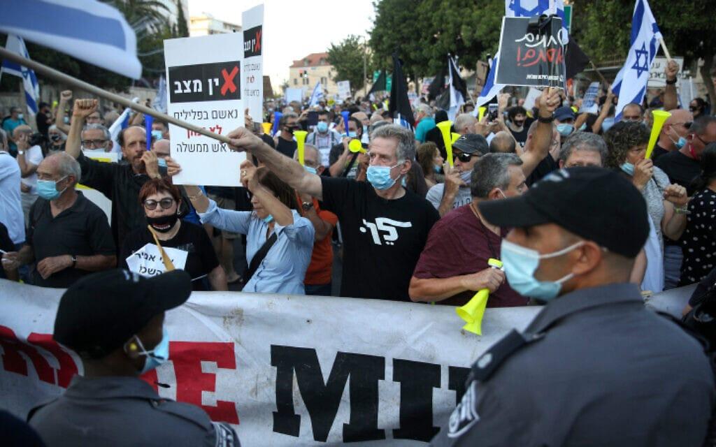 """הפגנה נגד מעצרו של תא""""ל אמיר השכל ונגד השחיתות השלטונית מול בית ראש הממשלה בירושלים, 27 ביוני 2020 (צילום: יונתן סינדל / פלאש 90)"""