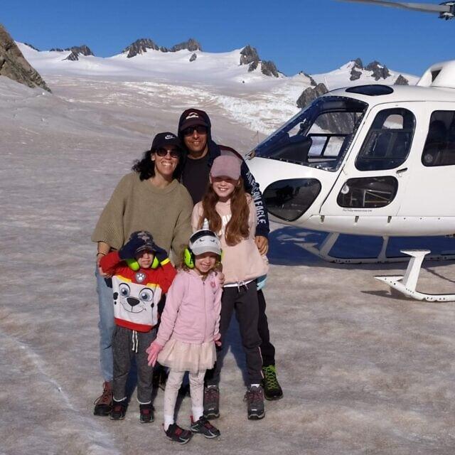 משפחת שבתאי כמה ימים לפני הסגר (צילום: באדיבות המצולמים)
