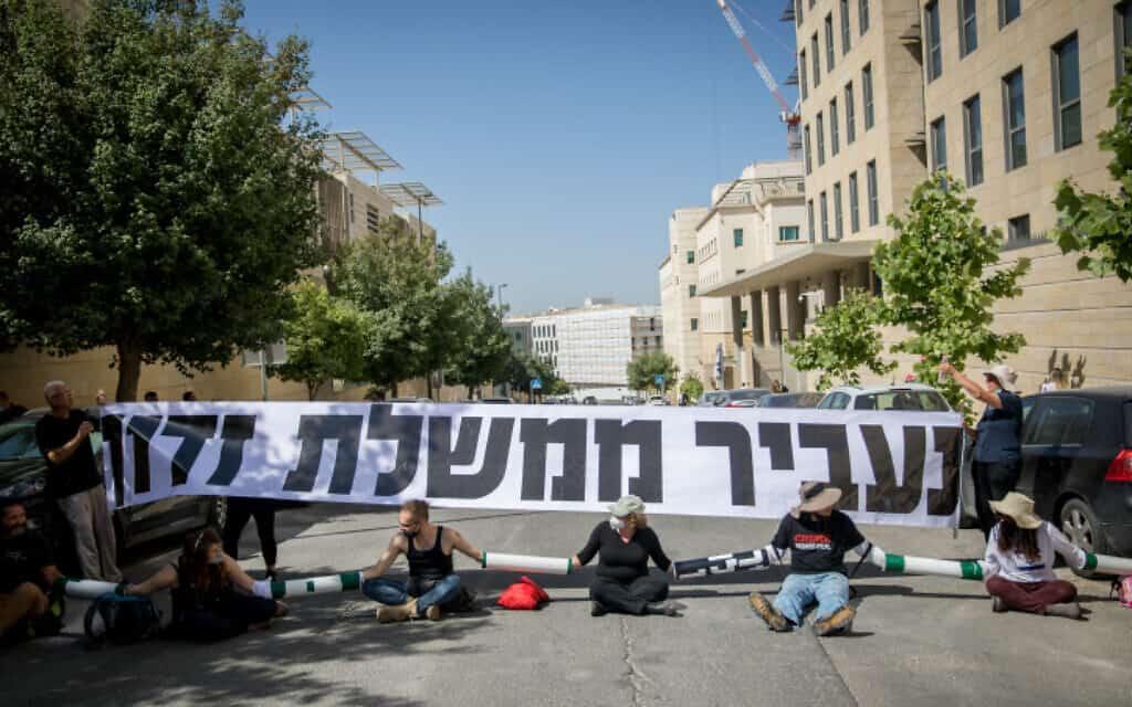 .מפגינים נגד השחיתות חסמו היום את הכניסה למשרד החוץ בזמן שהתקיימה שם ישיבת ממשלה (צילום: יונתן סינדל / פלאש 90)