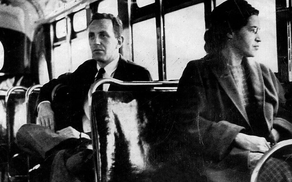 רוזה פארקס על אוטובוס מונטגומרי, 21 בדצמבר 1953, ביום שבו בוטלה ההפרדה בין לבנים ושחורים באוטובוסים (צילום: UPI)