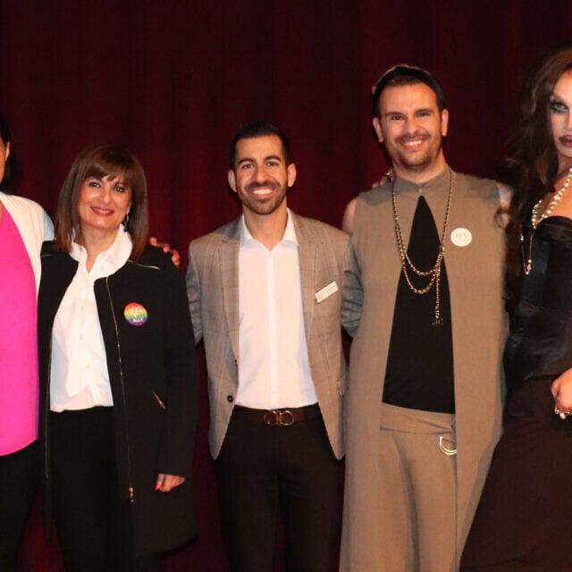 משמאל לימין, אמנדה מדהי, מנז פרזינפור, אריה מרווזי, אמיר יסאי ומת'יו נוריאל, בלבוש דראג, לאחר שנאמו באירוע גאווה פרסי ב-5 במרץ, 2020 (צילום: ג'וזפין דולסטן)