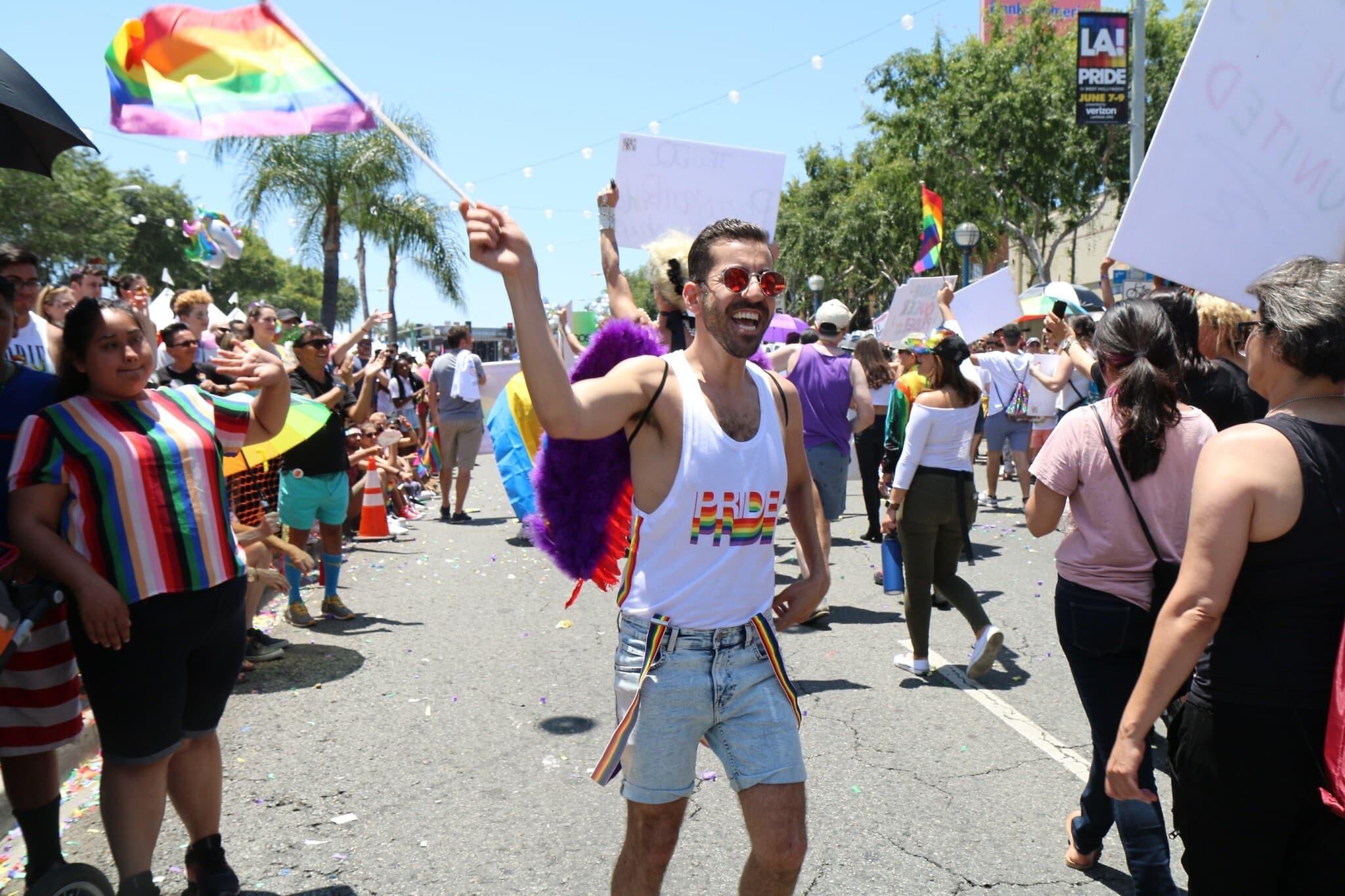 אריה מרווזי, צועד במצעד הגאווה של לוס אנג'לס ב-2019 (צילום: אנה פלזטה)