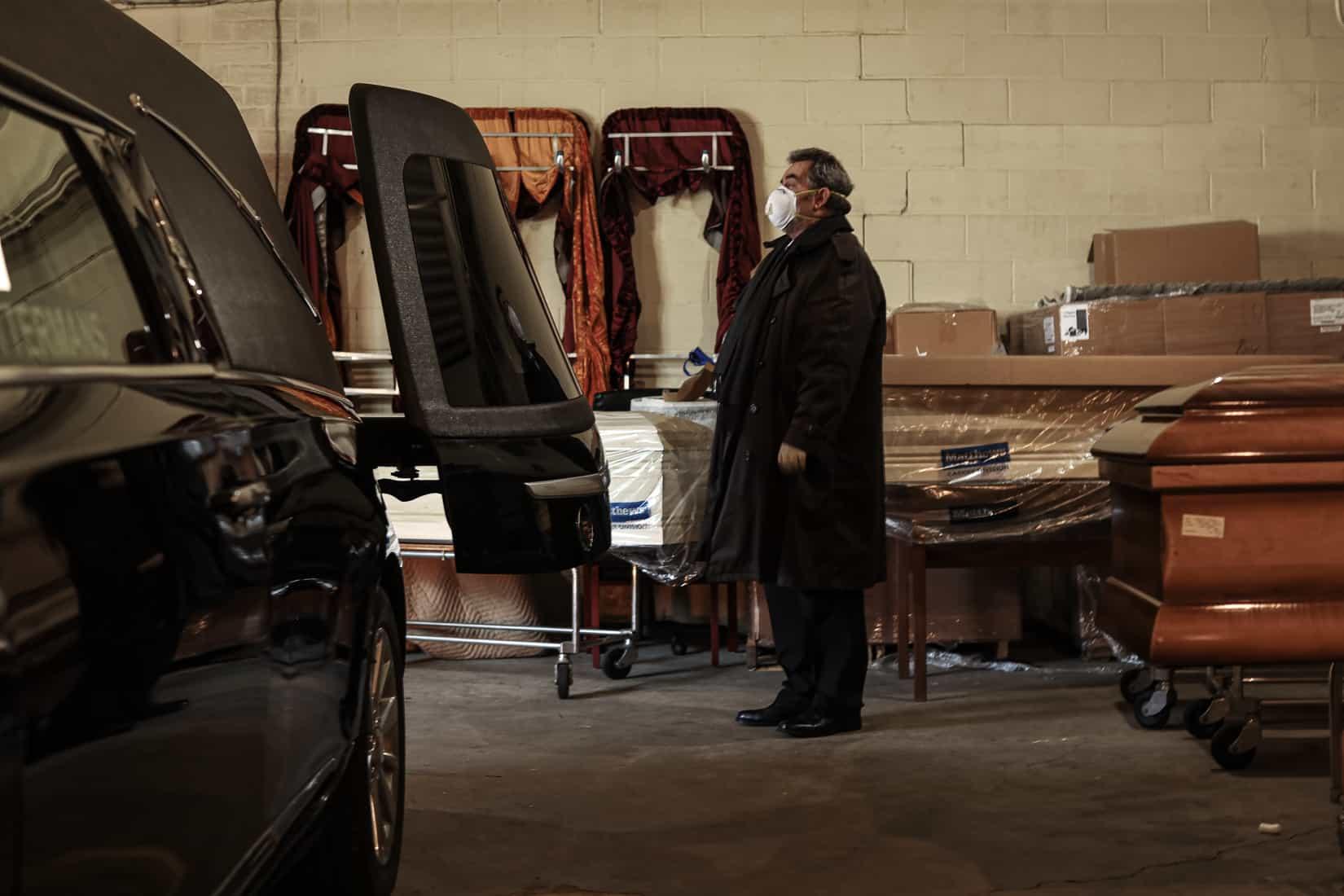 סיבוב נוסף של מתים מובל לאזור ההעמסה בבית הלוויות, לפני שהארון מוכנס לרכב הקבורה. וודברי, ניו יורק. מאי, 2020 (צילום: Jonathan Alpeyrie/Polaris Images)