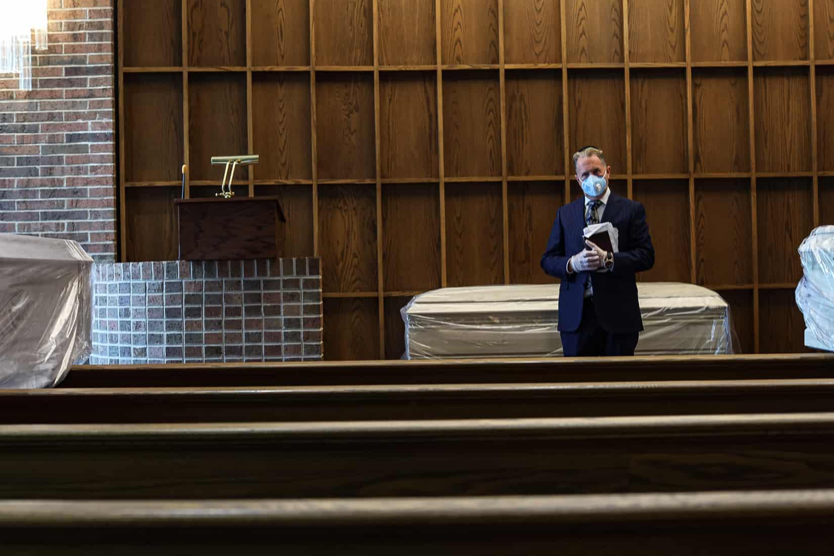 הרב גרג אקרמן עומד ליד נפטר בבית הלוויות גוטרמן. וודברי, ניו יורק. מאי, 2020 (צילום: Jonathan Alpeyrie/Polaris Images)