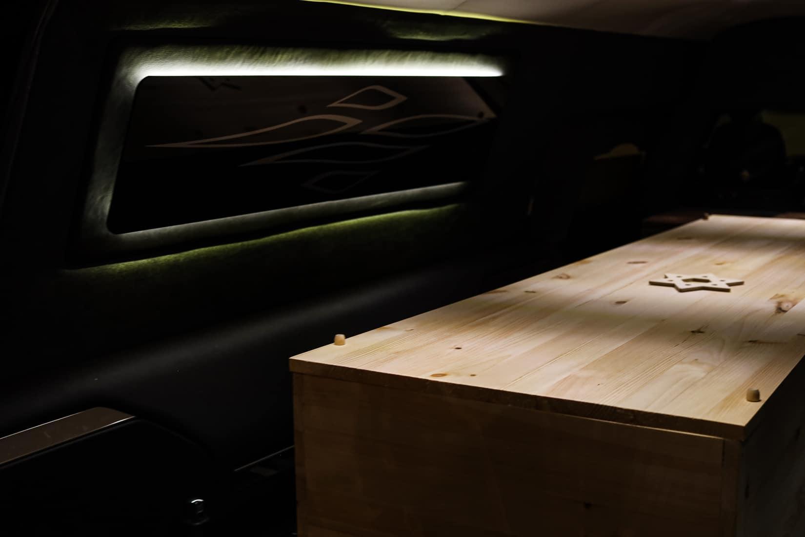 ארון קבורה מוכנס לרכב הקבורה בבית הלוויות גוטרמן. וודברי, ניו יורק. מאי, 2020 (צילום: Jonathan Alpeyrie/Polaris Images)