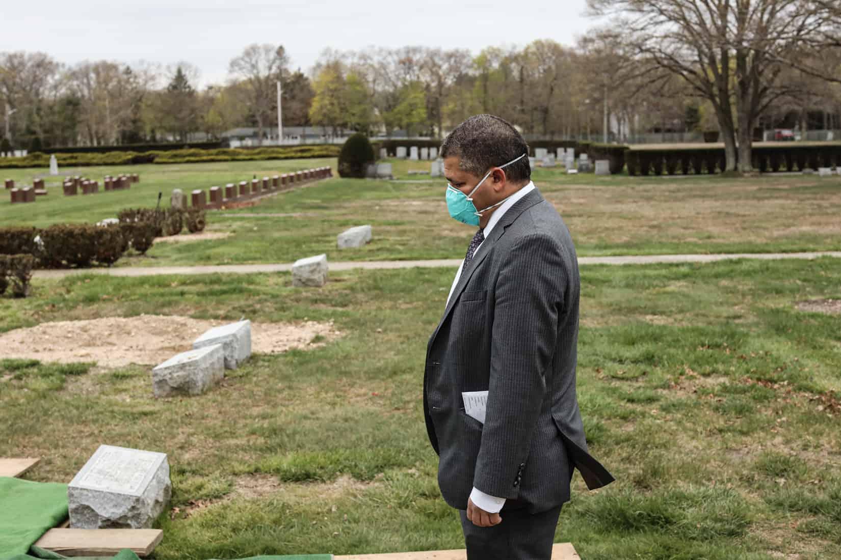 סטנלי פרנס, נהג רכב הקבורה של בית הלוויות גוטרמן, משתתף בלוויה של קורבן קורונה, שנקבר בלי בני משפחתו. מאי, 2020 (צילום: Jonathan Alpeyrie/Polaris Images)