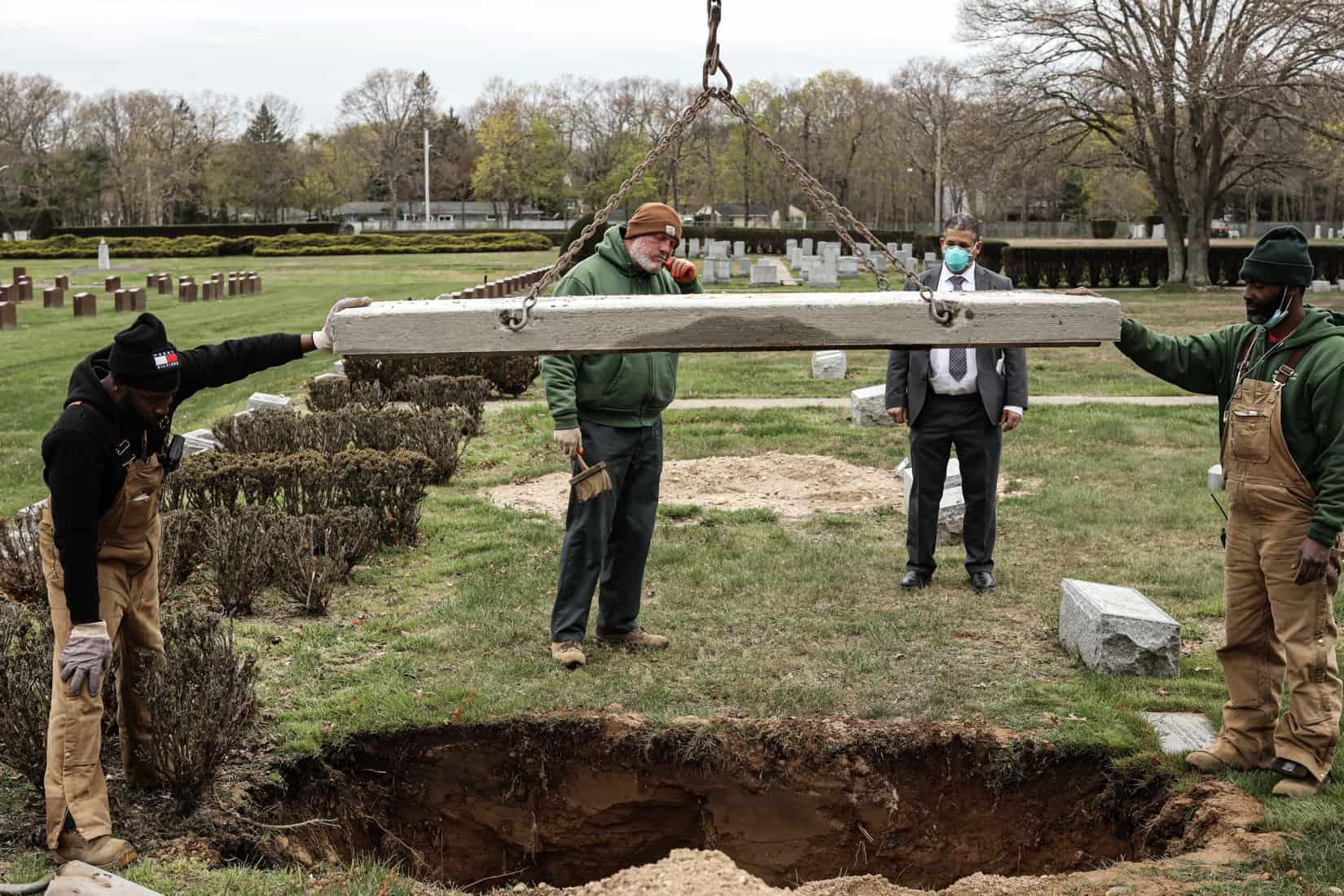 קבורת קורבן קורונה בבית הקברות וושינגטון ממוריאל פארק. מאי, 2020 (צילום: Jonathan Alpeyrie/Polaris Images)