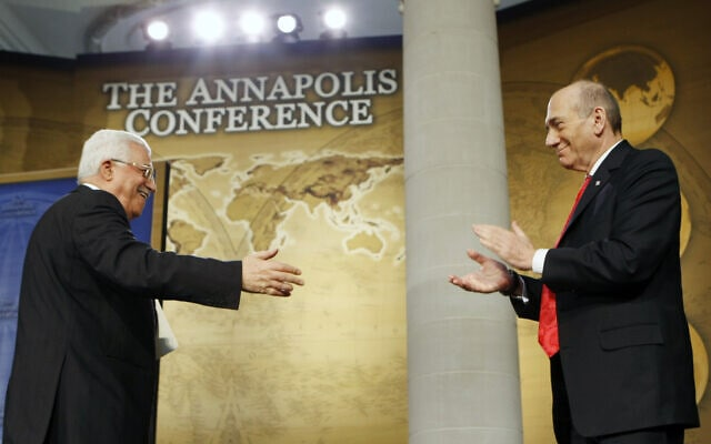 אבו מאזן ואהוד אולמרט בוועידת אנאפוליס, ב-27 בנובמבר 2007 (צילום: AP Photo/Gerald Herbert)