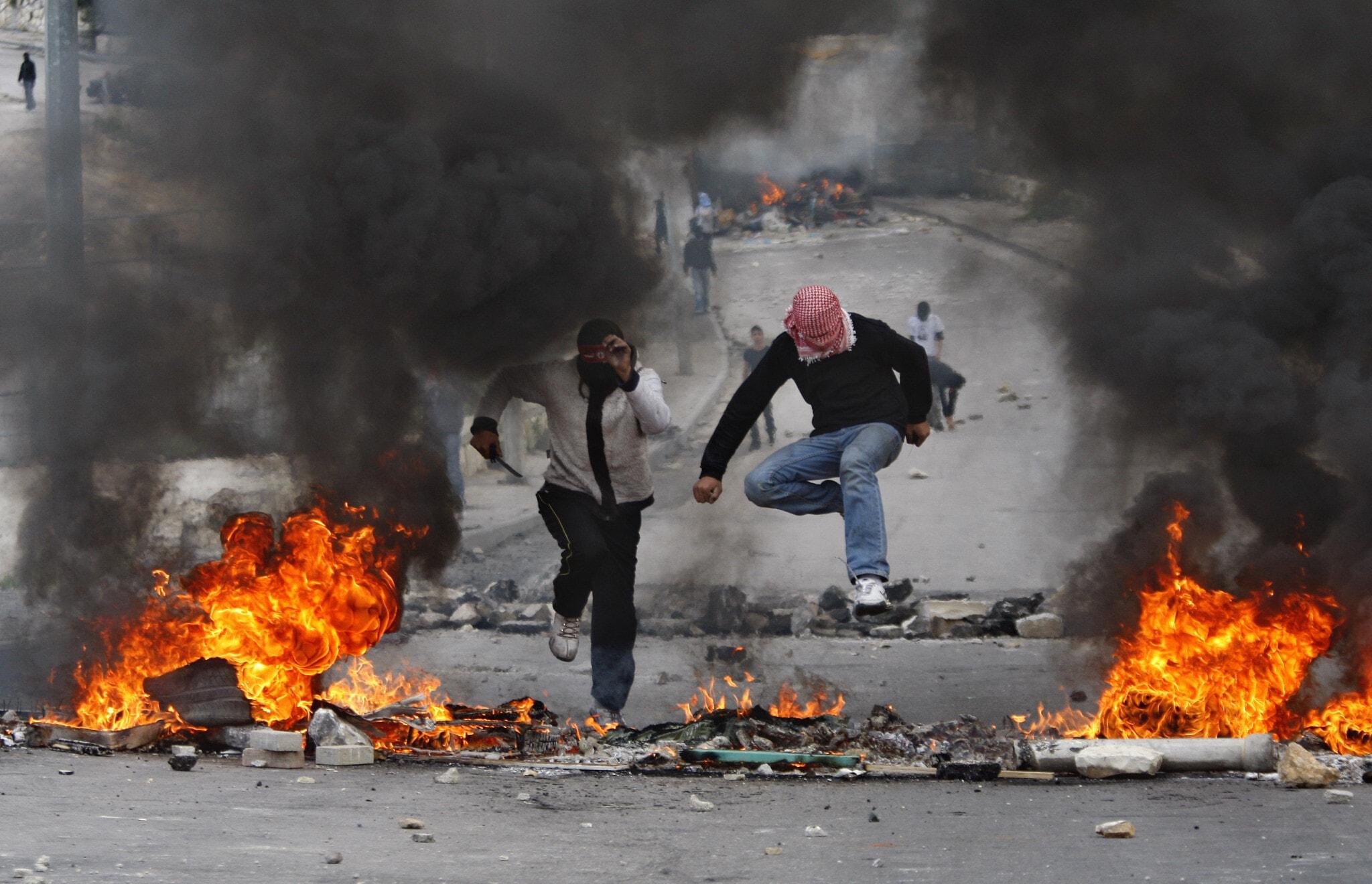 הפגנות אלימות בעיסאוויה ב-2010 (צילום: AP Photo/Dan Balilty)