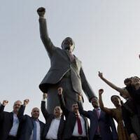 פלסטינים ברמאללה עם פסלו של מנדלה, נשיא דרום אפריקה הראשון שהתנגד לאפרטהייד ונבחר בבחירות דמוקרטיות, 2016 ביום העצמאות של דרום אפריקה