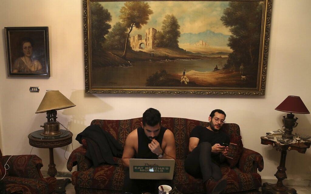 """2017: חברי להקת משרוע ליילה עוקבים בדאגה אחר הדיווחים על מעצר פעילים להט""""בים בקונצרט שלהם (צילום: AP Photo/Hussein Malla, File)"""