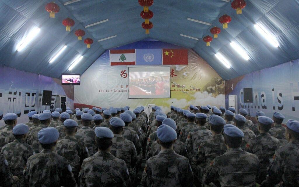 כוחות סיניים לשמירה על השלום בלבנון צופים בשידורי פתיחת ועידה סינית בלבנון, ארכיון, 2017 (צילום: Dong Yongkang/Xinhua via AP)