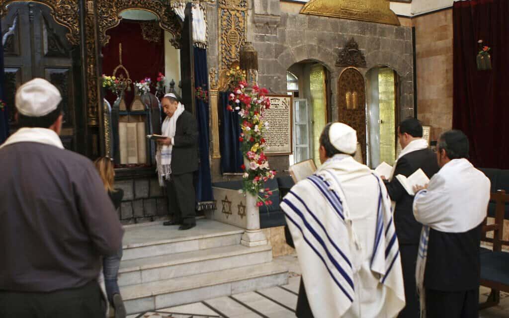 יהודים סורים חוגגים את פסח בבית הכנסת אל-פרנג' במרכז דמשק, סוריה, 20 באפריל 2008 (צילום: AP Photo/Bassem Tellawi)