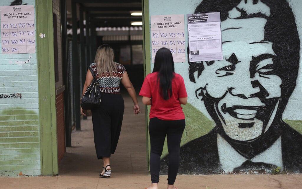 קלפי בבחירות בברזיל עם איור של נלסון מנדלה, 2018 (צילום: AP Photo/Eraldo Peres)