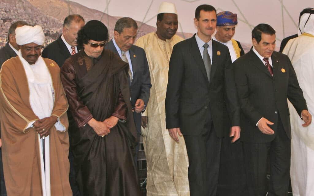קדאפי (משמאל, במשקפי שמש), בחברת מנהיגים מהמזרח התיכון והעולם הערבי, 2008 (צילום: AP Photo/Adel Hana, File)
