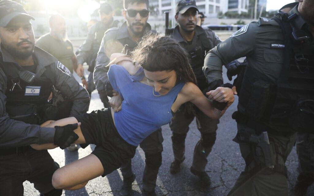 אילוסטרציה, מעצר מפגינה במהלך עצרת הזדהות עם העדה האתיופית, יולי 2019, למצולמים אין קשר לנאמר (צילום: AP Photo/Oded Balilty)