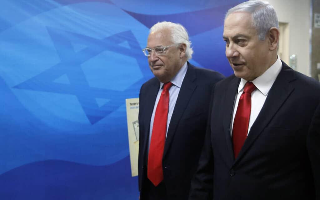 ראש הממשלה בנימין נתניהו ושגריר ארצות הברית בישראל דייוויד פרידמן בדרכם לישיבת הממשלה השבועית, 28 ביולי 2019 (צילום: Menahem Kahana / POOL via AP)