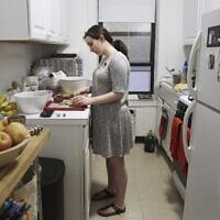 צעירה יהודיה בניו יורק, המצולמת לא קשורה לפוסט (צילום: AP Photo/Jessie Wardarski)