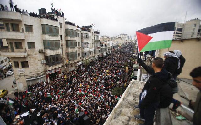 """פלסטינים מפגינים נגד יוזמת המזרח התיכון של נשיא ארה""""ב דונלד טראמפ ברמאללה. פברואר, 2020 (צילום: Majdi Mohammed/AP)"""
