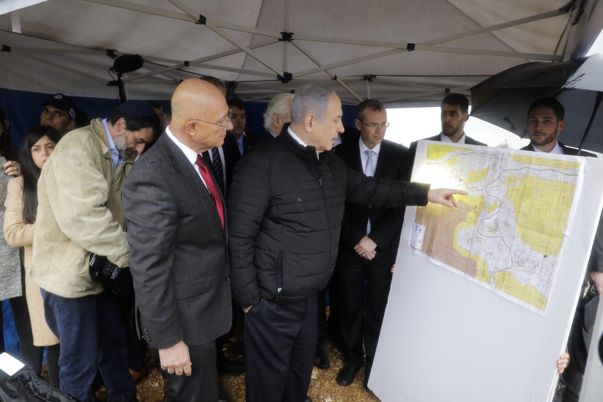 בנימין נתניהו בוחן את מפות האזור בביקור באריאל ב-24 בפברואר 2020 (צילום: AP Photo/Sebastian Scheiner)