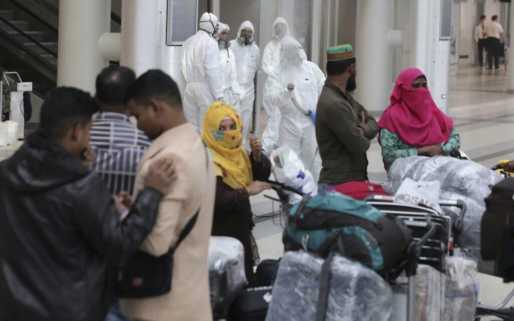עבודות חיטוי מפני קורונה – הווירוס שהגיע מסין – בנמל התעופה של לבנון, מרץ 2020 (צילום: AP Photo/Hassan Ammar)