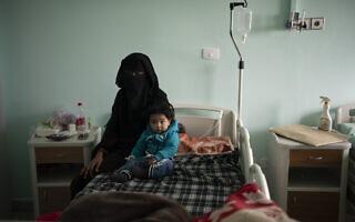 ילד מאזור כפרי בלוב ממתין לניתוח לב בבית החולים בטריפולי יחד עם אמו, פברואר 2020 (צילום: AP Photo/Felipe Dana)