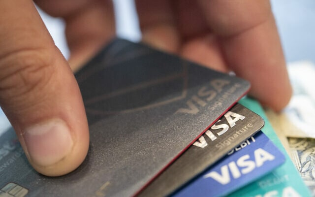 כרטיסי אשראי (צילום: AP Photo/Jenny Kane, File)