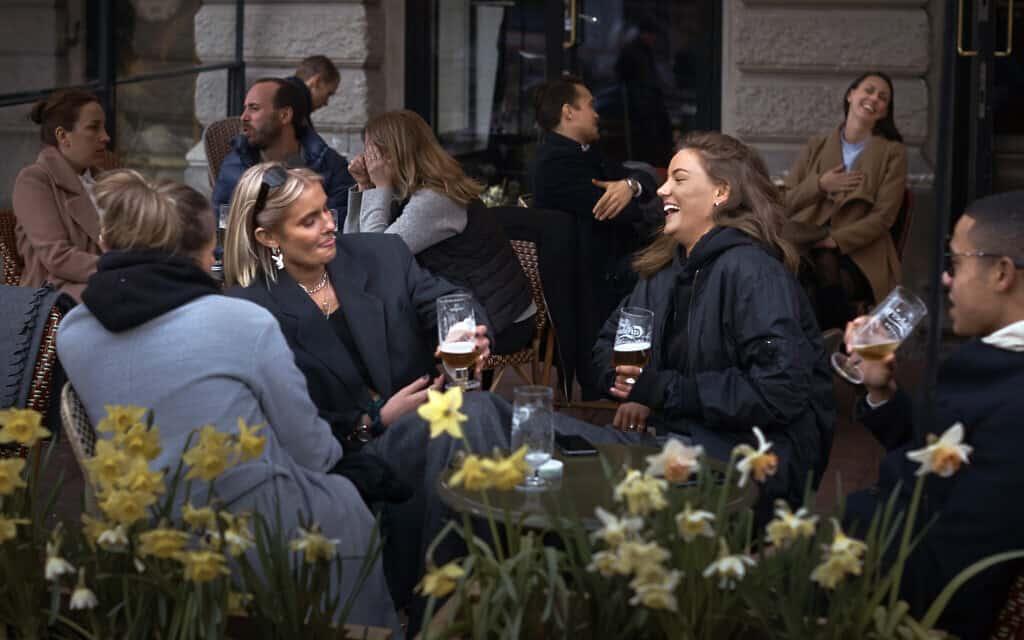 שוודים בבית קפה בזמן מגפת הקורונה, ב-8 באפריל 2020 (צילום: AP Photo/Andres Kudacki)