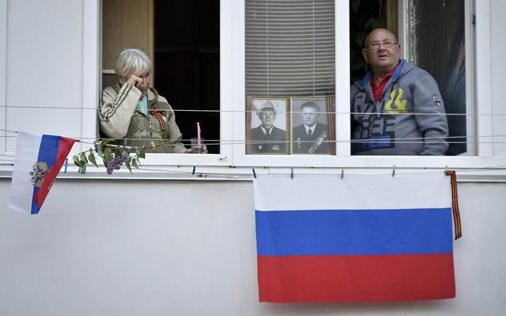 """אילוסטרציה, עידן הקורונה: אוקראינים חולקים כבוד לקרובים שהשתתפו במלחה""""ע ה-2 (צילום: AP Photo)"""