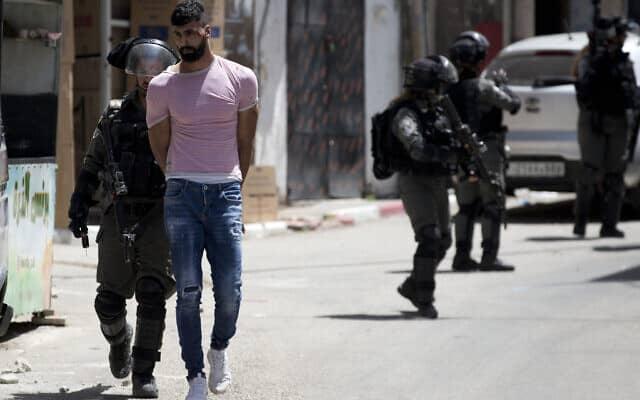 מעצר פלסטיני בגדה המערבית,2020 (צילום: AP Photo/Majdi Mohammed)