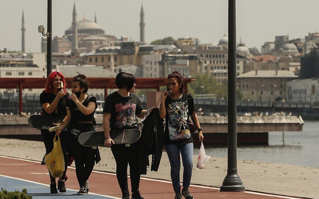 נערות טורקיות על רקע איה סופיה, מאי 2020 (צילום: AP Photo/Emrah Gurel)