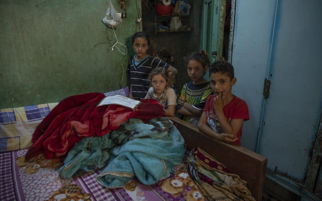 ילדים מצרים שמצבם הכלכלי הורע מאוד בעקבות מגפת הקורונה, מאי 2020 (צילום: AP Photo/Nariman El-Mofty)