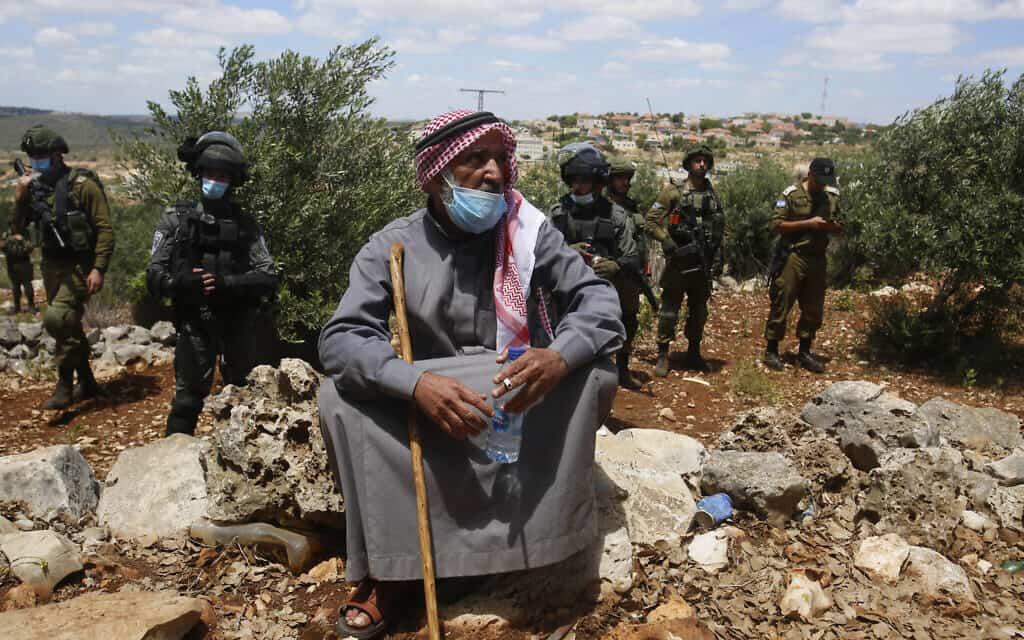 פלסטיני מוחה נגד הכיבוש בגדה המערבית (צילום: AP Photo/Majdi Mohammed)