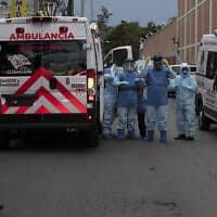 פרמדיקים מגיעים לפנות חולה קורונה במקסיקו סיטי, 30 במאי 2020 (צילום: Marco Ugarte, AP)
