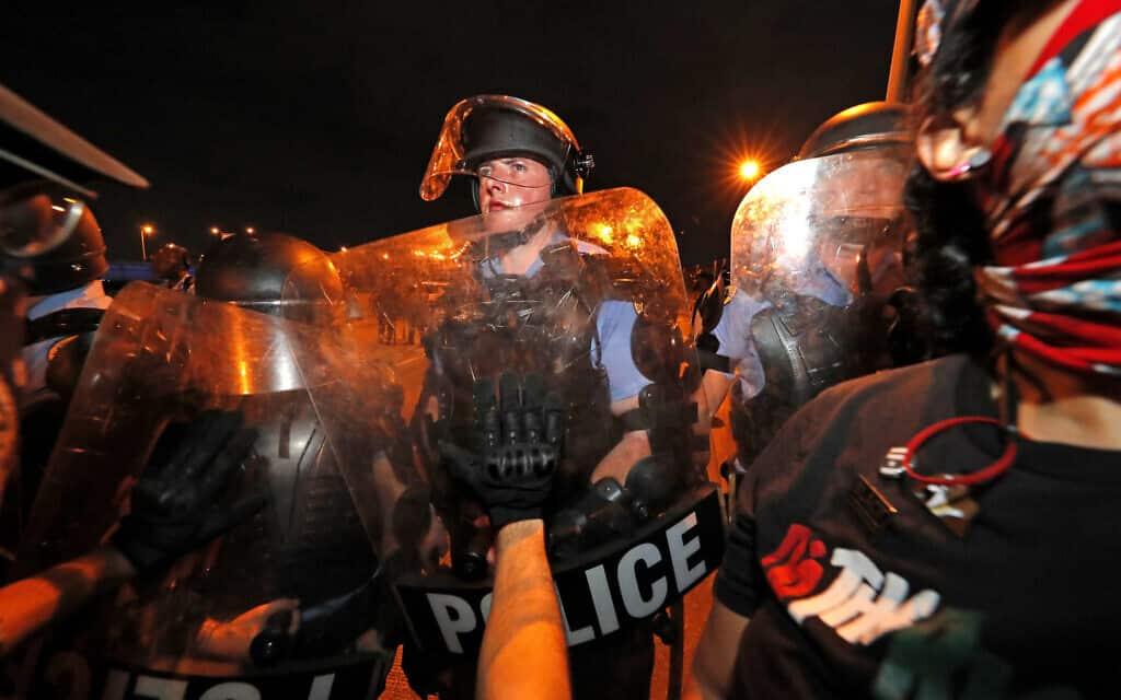 עימותים בין שוטרים למפגינים בניו אורלינס, 3 ביוני 2020 (צילום: AP Photo/Gerald Herbert)