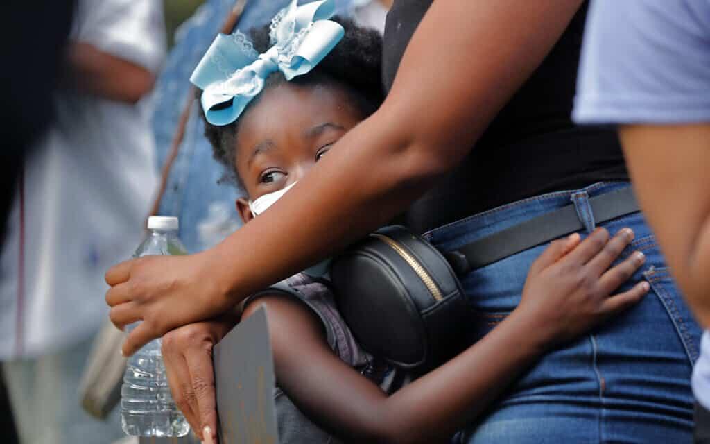 אם ובתה משתתפות במחאה במיניאפוליס, 25 במאי 2020 (צילום: AP Photo/Gerald Herbert)