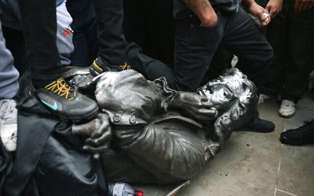 מפגינים מסירים את פסלו של סוחר העבדים אדוארד קולסטון בבריסטול, ב-8 ביוני 2020 (צילום: Ben Birchall/PA via AP)