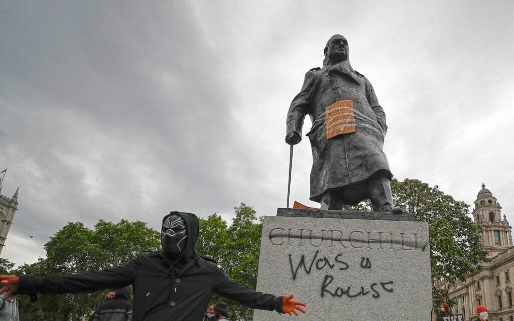 מפגינים ריססו גראפיטי על פסלו של ווינסטון צ'רצ'יל ברחבת הפרלמנט הבריטי, ב-7 ביוני 2020 (צילום: AP Photo/Frank Augstein)