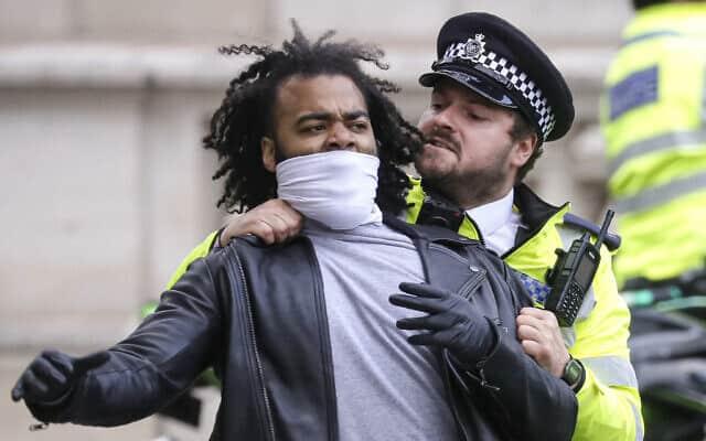 המחאה על הרצח של ג'ורג' פלויד מתפשטת לבריטניה, יוני 2020 (צילום: AP Photo/Kirsty Wigglesworth)