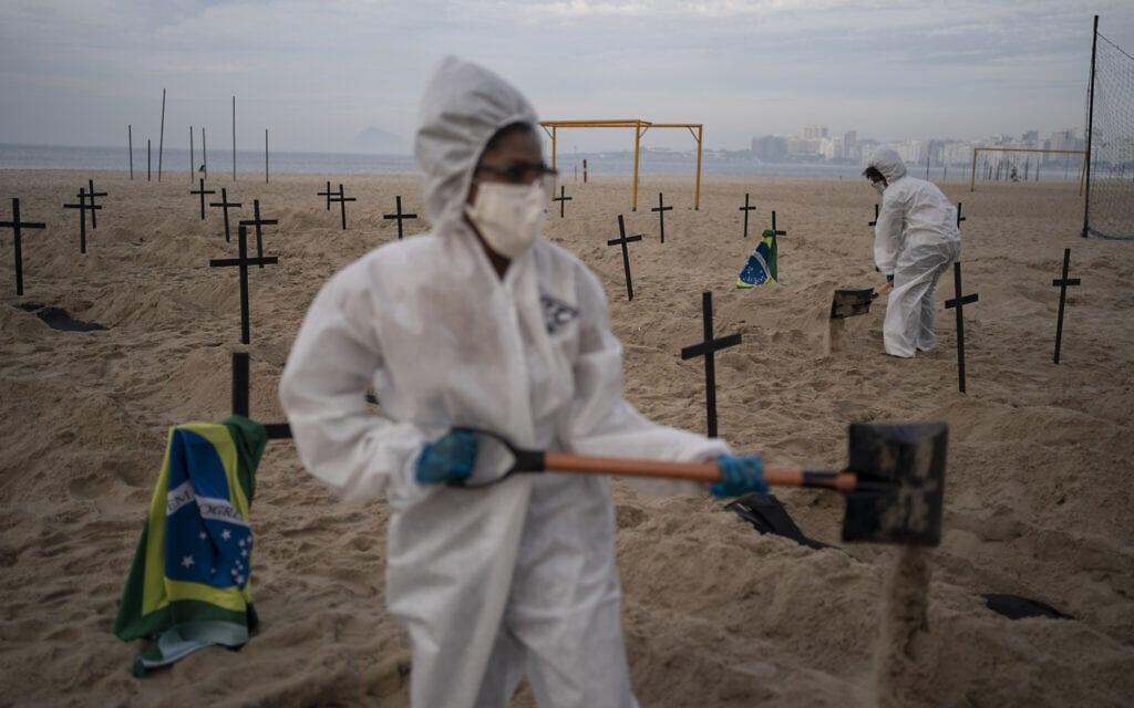 פעילים חברתיים חופרים קברים סימבוליים בברזיל, כדי להיאבק בהכחשת מגפת הקורונה על ידי הנשיא, יוני 2020 (צילום: AP Photo/Leo Correa)