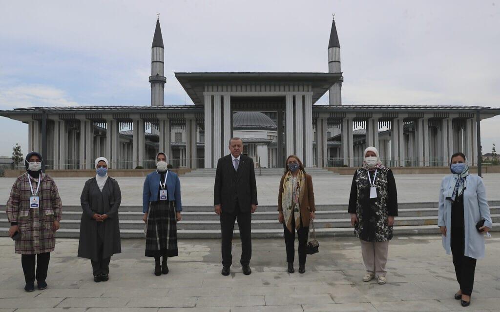 ארדואן (במרכז) וחברי מפלגתו חונכים מסגד בנמל התעופה של איסטנבול, יוני 2020 (צילום: Presidential Press Service via AP, Pool)