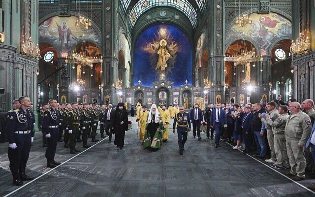 פטריארך הכנסייה הרוסית האורתודוקסית קיריל הראשון (במרכז) ושר ההגנה הרוסי סרגיי שויגו (מימין) מגיעים לטקס ההקדשה של הקתדרלה החדשה של הכוחות המזוינים של הפדרציה הרוסית בפארק פטריוט ליד מוסקבה, יום ראשון, 14 ביוני 2020 (צילום: אולג ורוב, שירות העיתונות של הכנסייה הרוסית האורתודוקסית באמצעות AP)