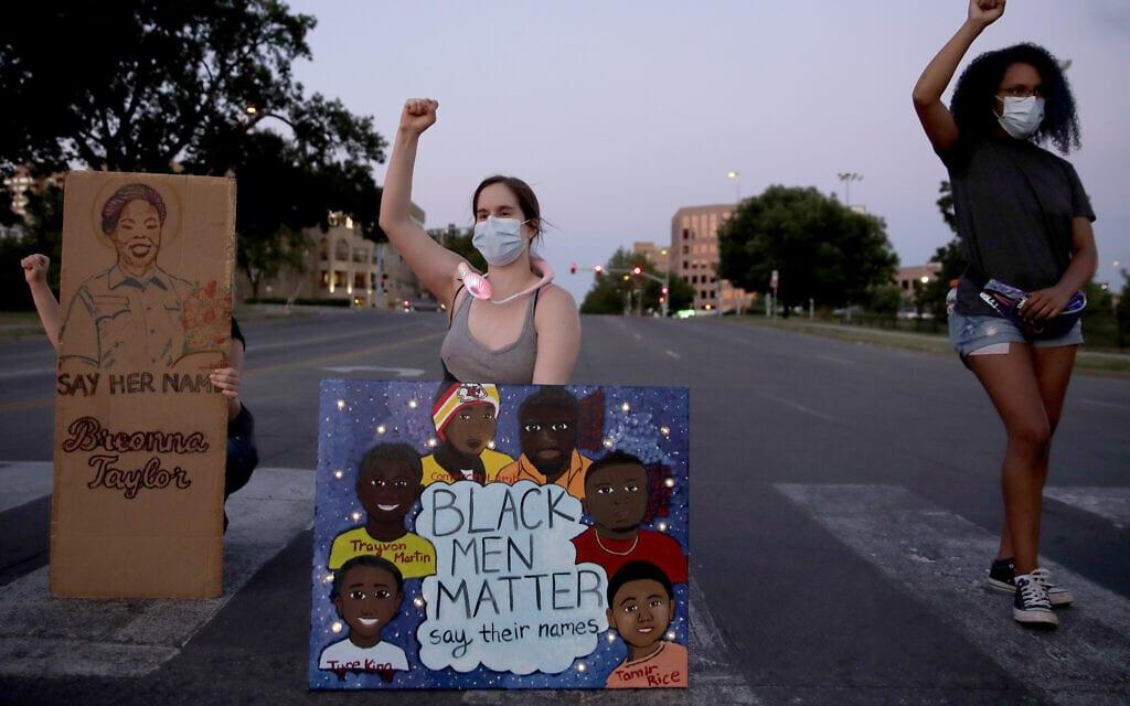 """המחאה החברתית בארה""""ב בעקבות הרג ג'ורג' פלויד בידי שוטר, קנזס סיטי, יוני 2020 (צילום: AP Photo/Charlie Riedel)"""