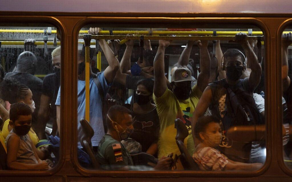 כך נראית נסיעה בתחבורה הציבורית בברזיל במהלך משבר הקורונה, יוני 2020 (צילום: AP Photo/Leo Correa)