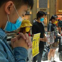 מפגינים פרו-דמוקרטיים מוחים נגד החקיקה הסינית המצמצמת את האוטונומיה של הונג קונג, 30 ביוני 2020 (צילום: Vincent Yu, AP)