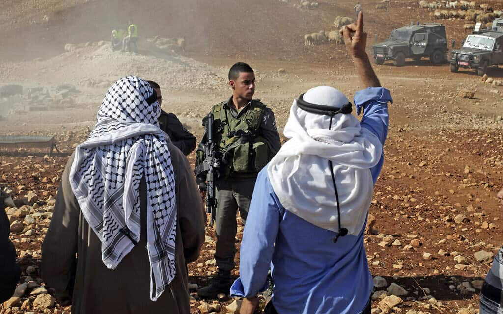 """תושבים בעקרבה מתעמתים על חיילים ב-29 באוקטובר 2013, אחרי שצה""""ל הרס מבנים לא חוקיים בכפר (צילום: AP Photo/Nasser Ishtayeh)"""